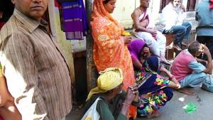 Varanasi, 26 febbraio 2017. Momenti di riposo facendo la fila per accedere al Vishwanath Temple.