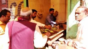 Varanasi, 26 febbraio 2017. Vendita di pan in un negozietto dlla zona di Manikarnika.