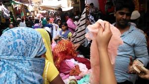 Varanasi, 26 marzo 2017. Mercato della domenica nel quartiere islamico.