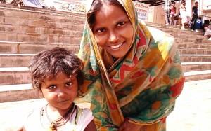 Varanasi, 27 febbraio 2017. La bambina senza casa con la madre.