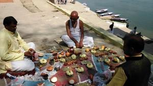 Varanasi, 28 febbraio 2017. Celebrazione di una puja per gli antenati.