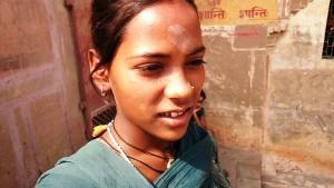 Varanasi, 3 marzo 2017. Bambina mendicante al Dasaswamedh Ghat.