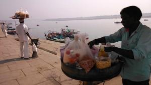 Varanasi, 3 marzo 2017. L'attesa dello sbarco dei barconi carichi di pellegrini.