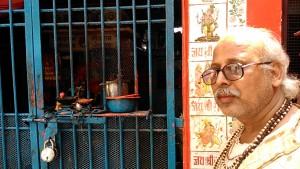 Varanasi, 4 marzo 2017. Il sacerdote di un tempietto dedicato a Shiva.