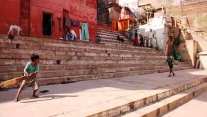Varanasi, 5 marzo 2017. Il gioco del cricket lungo i ghat.