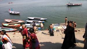 Varanasi, 5 marzo 2017. Passaggio di un gruppo di pellegrini delmaharashtra lungo i ghat.
