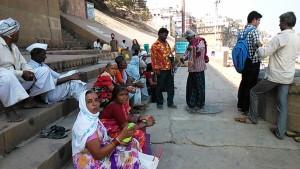 Varanasi, 5 marzo 2017. Pellegrini e venditori di collane.