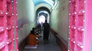 Varanasi, 6 marzo 2017. La piccola galleria che porta al Kedar Ghat.