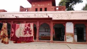 Varanasi, 9 marzo 2017. Abitazioni a lato del gruppo di templi del Rojal Palace.