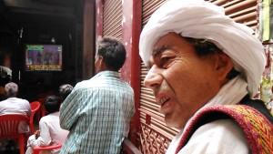 Varanasi, Bengali Tola, 11 marzo 2017. Risultati delle elezioni sullo schermo del piazzale del Post Office.