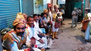 Varanasi, Bengali Tola, 20 febbraio 2017. Banda musicale in attesa di suonare in Bengali Tola