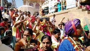 Varanasi, Dasaswamedh Ghat, 24 febbraio 2017. Arrivo di un corteo con le offerte al Gange.