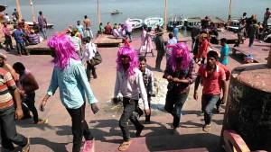 Varansi, 13 marzo 2017. Holi Festival al Dasaswamedh Ghat.