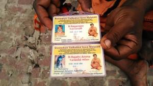 varanasi, 10 marzo 2017. I tesserini di riconoscimento dei due sadhu.