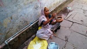 Varanasi, 30 marzo 2017. Donna con cobra per la festa del Nauratri.