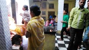 Varanasi, 30 marzo 2017. Preghiere e offerte al tempio dedicato alla Dea Madre Durga.
