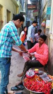 Varanasi, 30 marzo 2017. Vendita di offerte nei pressi del Chousati Ghat in occasione del Nauratri.