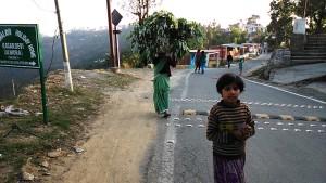 Kasar Devi, 9 aprile 2017. Incontri lungo la strada principale.