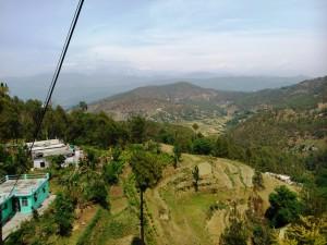 Kausani, 22 aprile 2017. Panorama. Sullo sfondo le montagne dell'Himalaya.