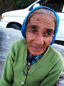 Kausani, Uttarakhand, India, 22 aprile 2017. Donna di Kausani
