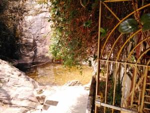 Kausani, dintorni. Il tempio e la cascata.