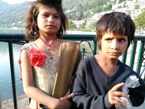 Nainital, 26 aprile 2017. Bambini mendicanti sulla riva del lago Naina.