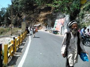 Nainital, 26 aprile 2017. Incontri lungo la strada per l'Hanuman Gadh Temple.