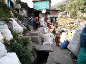 Nainital, 27 aprile 2017. Lavoro di adulti e giochi di bambini nella discarica accanto alle loro abitazioni.
