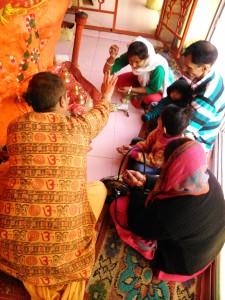 Nainital, 27 aprile 2017. preghiera offerte in un tempio indu della Tandi Road.