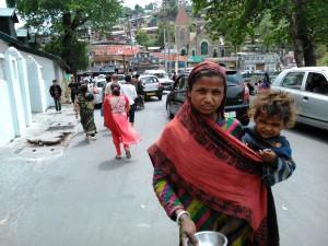 Nainital, Uttarakhand, India, 27 aprile 2017. Mendicante con bambino sulla Malla Road.