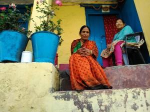 Nainital, Uttarrakhand, India, 27 aprile 2017. Amiche sull'uscio di casa.