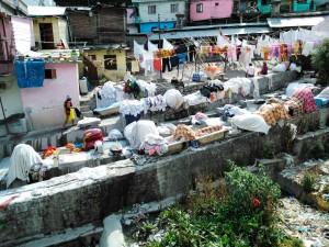 Nainital, Uttarrakhand, India, 27 aprile 2017. Il canale usato come lavanderia all'aperto.