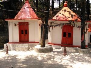 Nainital, dintorni, 26 aprile 2017. Cappelle del Shri Shitlade Temple.
