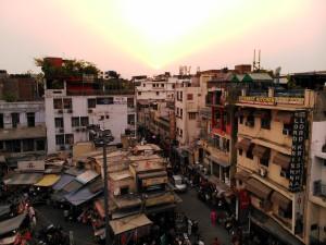 New Delhi, Pahargani, 29 aprile 2017. Sun-set.