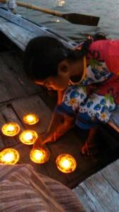 Varanasi, 6 aprile 2017. Le candeline dei desideri per la Madre Ganga del gruppo dei teatranti di Udine.