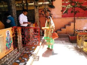 le offerte al tempio dedicato a Shiva.